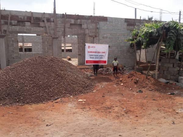 """WEFA Uluslararası İnsani Yardım Organizasyonu tarafından """"Kalıcı Projeler"""" kapsamında Afrika'nın Benin ülkesinde aralık ayında başlatılan cami inşaatı çalışmaları devam ediyor. 600 kişilik kapasitesi olan caminin ikinci katı ise medrese olarak kullanılacak."""