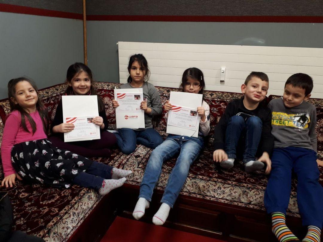 İsviçre'de bulunan Basel Fetih Camii'nde haftasonu din dersi gören çocuklar kendi yaptıkları tatlıları satarak elde ettikleri geliri WEFA aracılığıyla yetimlere gönderdiler.