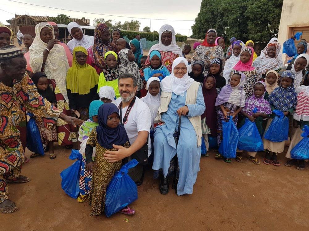 """Die NRO WEFA setzt ihre Hilfsprojekte mit dem Slogan """"Ramadan - eine Zeit des Teilens"""" fort und versorgt Bedürftige in Benin mit Lebensmittelpaketen. Am dritten Tag des heiligen Fastenmonats speisen zahlreiche Bedürftige in der Stadt Cotonou zu Iftar und 120 Schülerinnen und 160 Schüler nehmen am Fastenbrechen in Parakou teil. Parakou ist mit etwa 260.000 Einwohnern die drittgrößte Stadt der Republik Benin."""