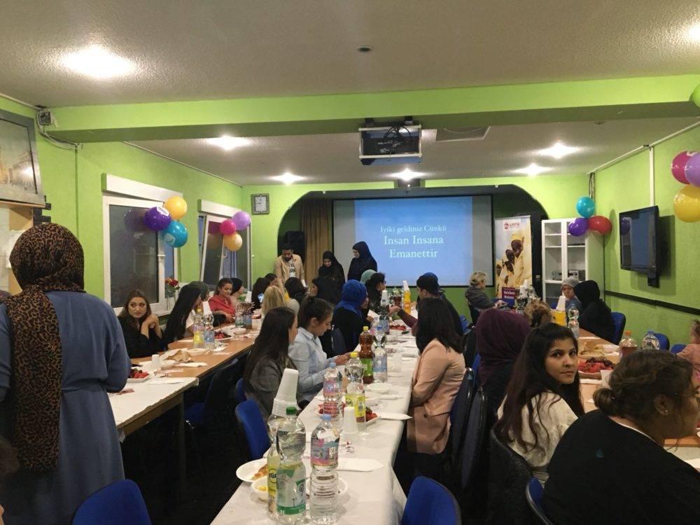2 Haziran tarihinde Duisburg'ta ve 11 Haziran'da Köln'de iftar programı düzenleyen hayırsever Hatice Şahin,misafirlere WEFA'nın Kenya Umut Köyü projesi hakkında bilgiler aktardı.