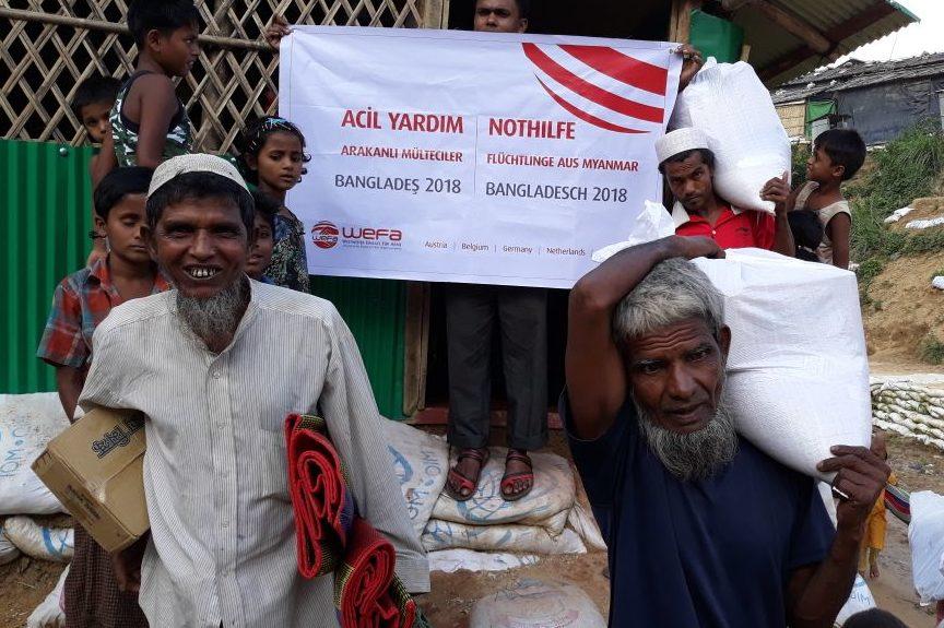 Bangladeş'te muson yağmurlarından etkilenen Arakanlı mültecilere WEFA Uluslararası İnsani Yardım Organizasyonu yardım paketlerini ulaştırdı.