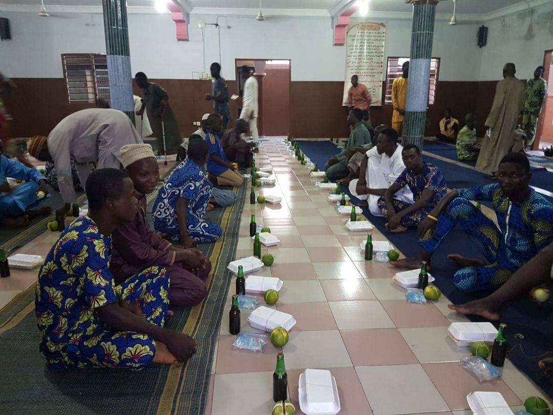 Benin'de kumanya dağıtımı gerçekleştiren WEFA, ramazan ayının üçüncü günü Benin'in Cotonou şehrindeki ihtiyaç sahiplerine iftar yemeği verdi. Başkente 7 saat uzaklıktaki Parakou şehrinde kurulan iftar sofralarında ise 120 kız öğrenci ile 160 erkek öğrenci ağırlandı. Öte yandan Parakou'daki 66 yetime bayramlık hediyeler verildi.