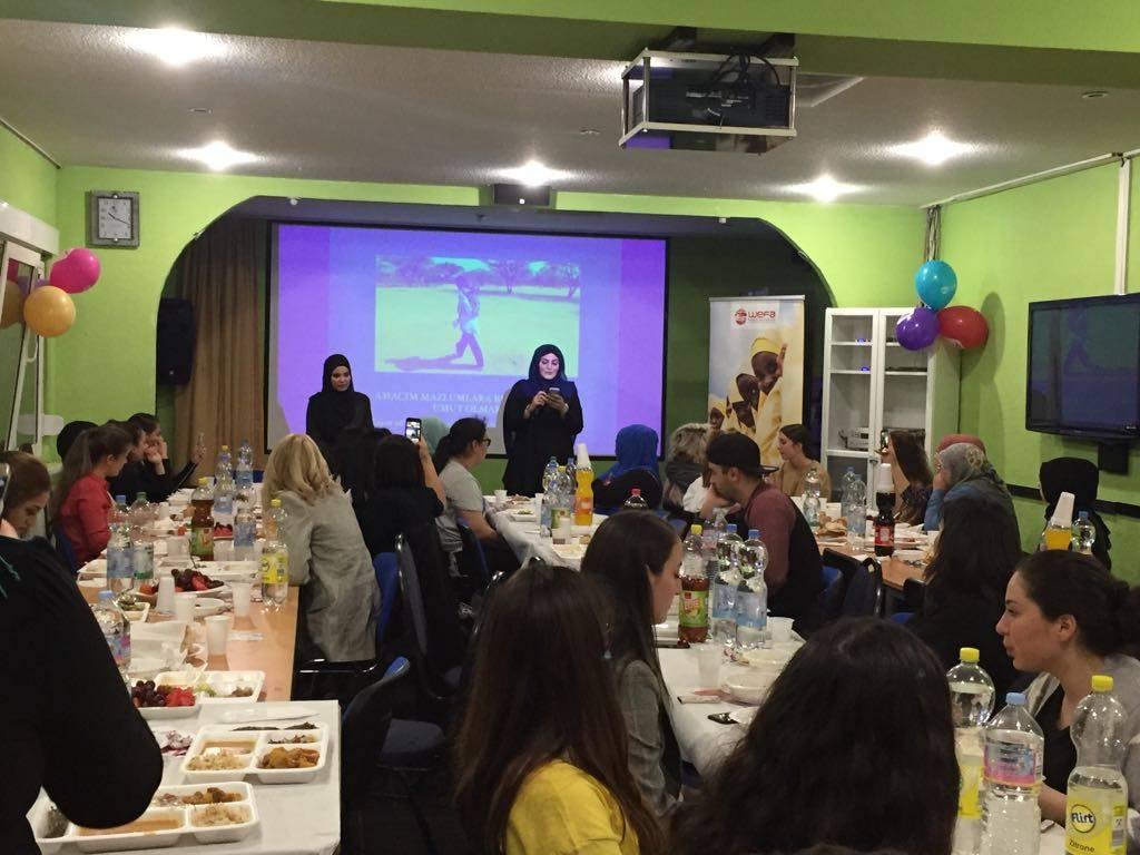 """WEFA Uluslararası İnsani Yardım Organizasyonu kalıcı eserler kapsamında başlattığı """"Kenya Umut Köyü"""" projesine ara vermeden devam ediyor. """"İnsan insana emanettir"""" sloganıyla yardım çalışmalarını sürdüren WEFA Gönüllüsü Hatice Şahin proje yararına iftar programları organize etti. 2 Haziran tarihinde Duisburg'ta ve 11 Haziran'da Köln'de tertip edilen iftarlara hayırseverlerin ilgisi yoğun oldu. İftardan elde edilen bağışlar WEFA'nın Kenya Umut Köyü projesi için kullanılacak."""