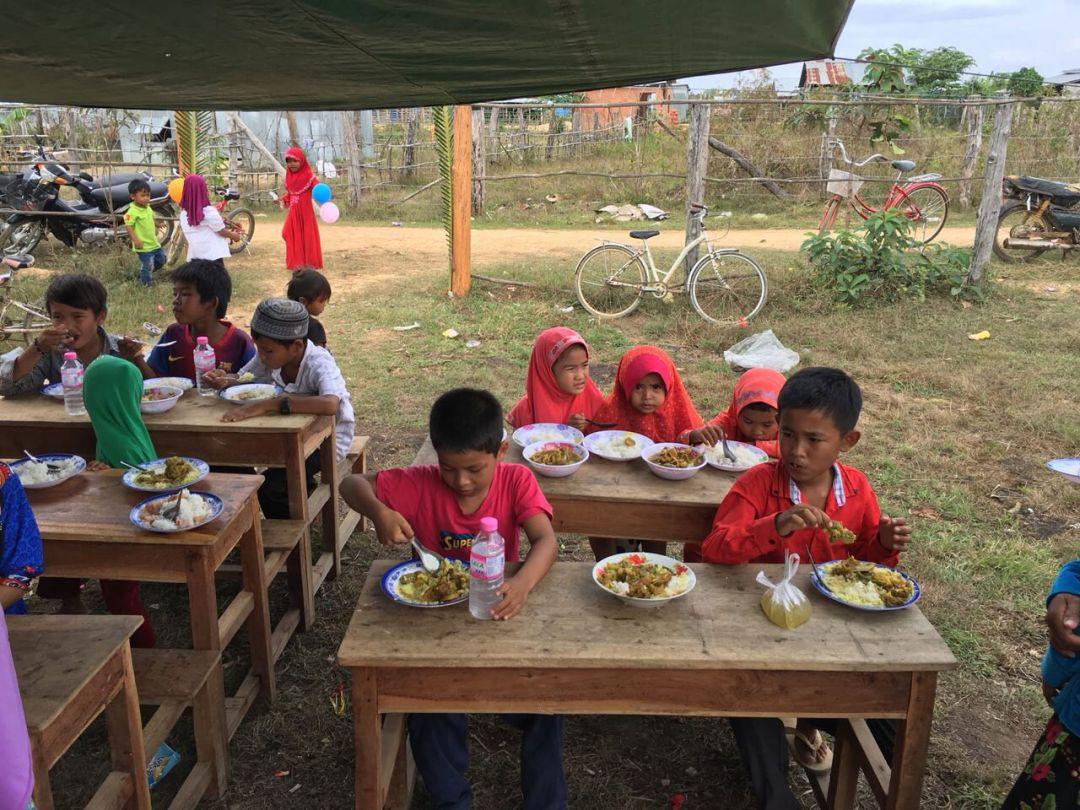 WEFA Uluslararası İnsani Yardım Organizasyonu geçtiğimiz senenin aralık ayında hayata geçirdiği proje kapsamında Kamboçya'da her ay bir çiftin düğün yemeğine destek veriyor. Maddi imkânı olmayan gençleri özel günlerinde de yalnız bırakmayan WEFA, ağustos ayında yine bir çiftin düğün yemeğini organize etti.