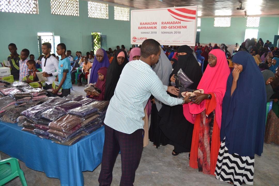 Yetimler bayrama mutlu girsinler diye yetimlere bayramlıklarını ulaştıran WEFA, dünyanın farklı ülke ve bölgesindeki 3 bin yetime bayramlık hediye etti.