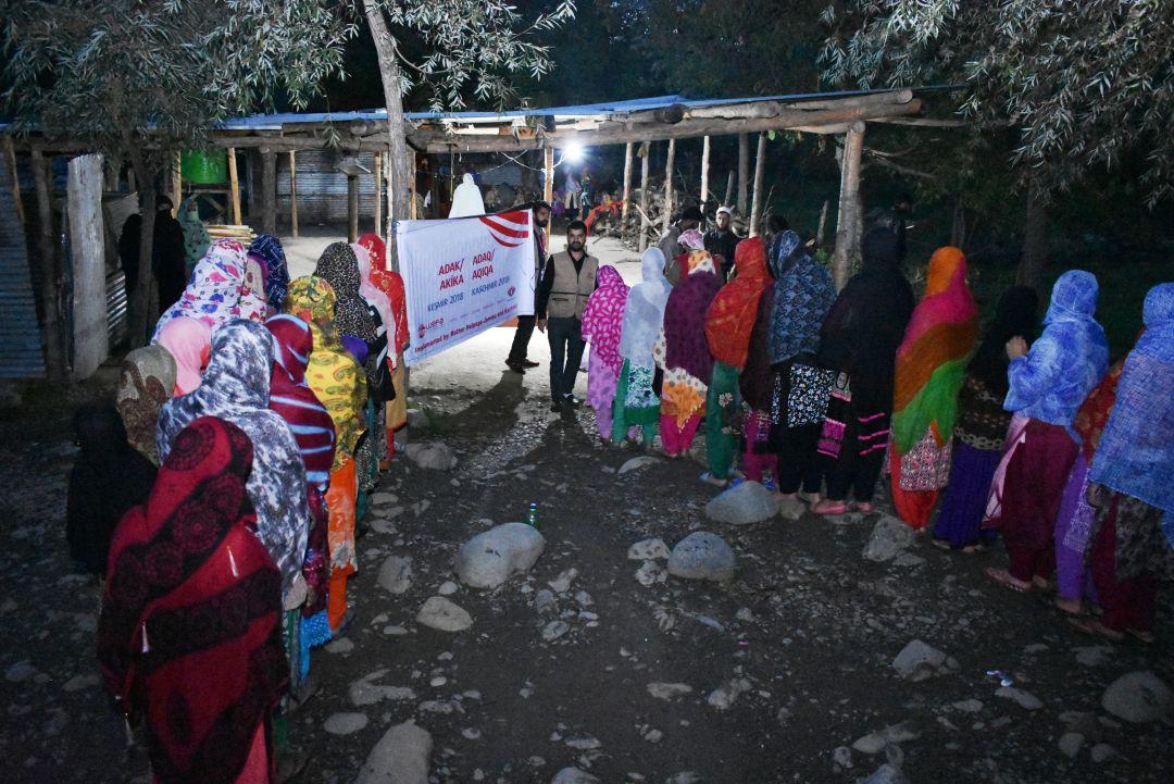 WEFA Uluslararası İnsani Yardım Organizasyonu her ay düzenli olarak kestiği adak, akika kurbanları ile ihtiyaç sahiplerine umut oluyor. En son haziran ayında Keşmir'de kesilen adak-akika kurbanları dağıtıma hazır hâle getirildikten sonra bölgedeki yetimlere, yoksullara, hasta ve yaşlılara dağıtıldı.