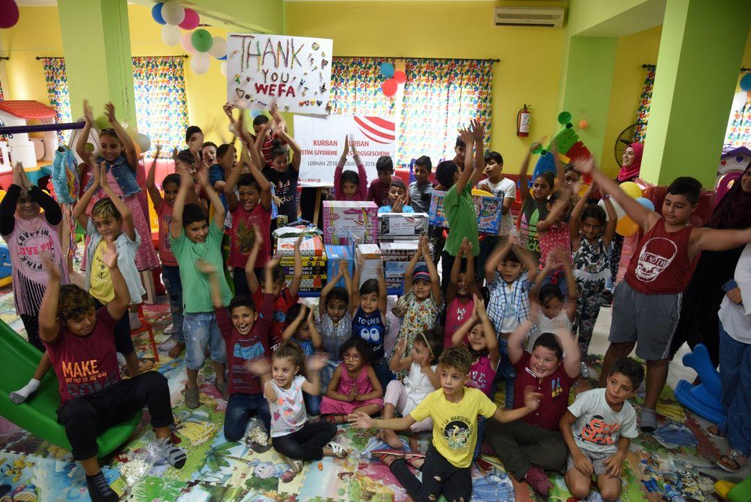 """Her sene olduğu gibi bu bayramda da yetimleri unutmayan WEFA Uluslararası İnsani Yardım Organizasyonu toplamda 3 bin 342 yetime bayramlık kıyafet hediye etti. WEFA, hâlihazırda yetim çalışması yaptığı ülkelerdeki yetimler ile henüz """"Yetim Sponsorluğu"""" projesini başlatmadığı farklı ülke ve bölgelerdeki yetimlerin de bayrama mutlu girmesine vesile oldu."""