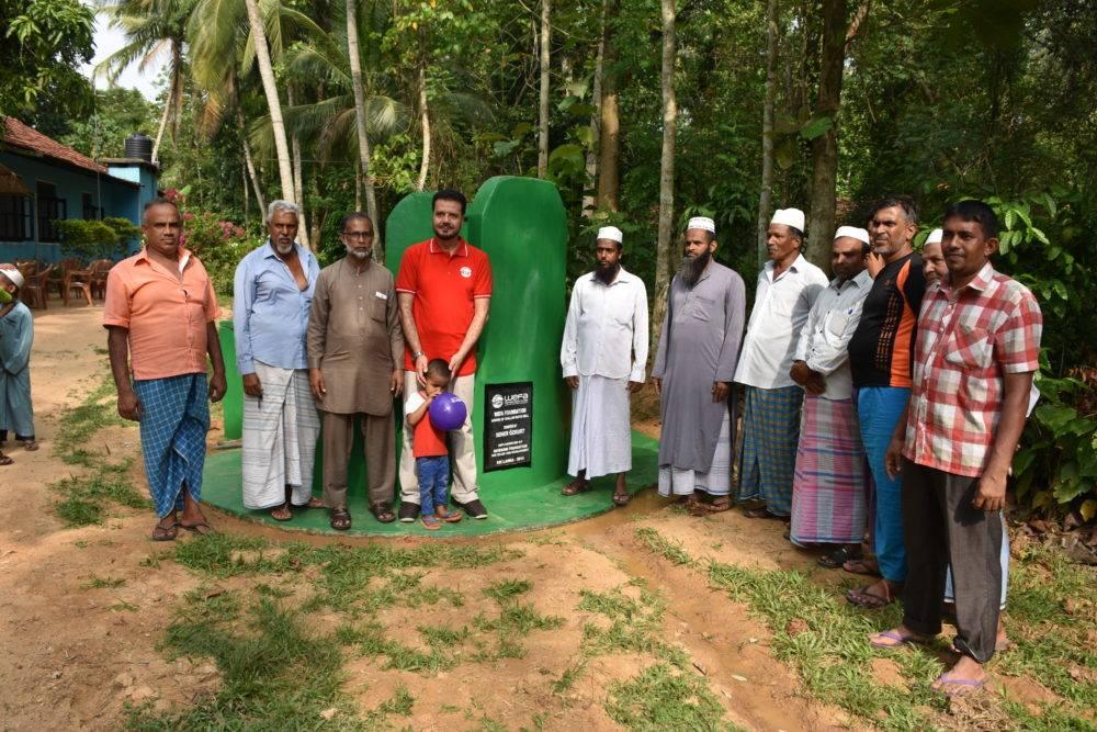 Sri Lanka'ya ziyaret gerçekleştirenWEFA Uluslararası İnsani Yardım Organizasyonu Genel Başkanı Musab Aydın WEFA'nın açtığı su kuyularının denetimini yaptı.