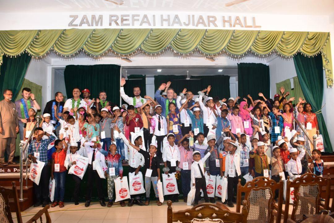 WEFA Uluslararası İnsani Yardım Organizasyonu Genel Başkanı Musab Aydın Sri Lanka'da düzenlenen Yetim Buluşması etkinliğinde yetimlerle ve anneleri ile bir araya geldi. Yetimlere bayramlık kıyafet, okul çantası ve kırtasiye malzemesi ile çeşitli hediyeler verilirken, yetim annelerine kumanya paketi dağıtıldı.