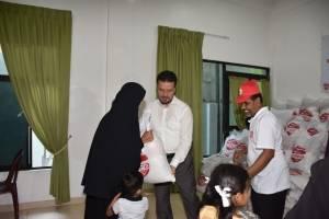 """WEFA Uluslararası İnsani Yardım Organizasyonu """"Ramazan Paylaştıkça Güzel"""" sloganıyla başlattığı 2018 Ramazan Kampanyası kapsamında Sri Lanka'da nisan ayında yetim annelerine kumanya dağıtımı gerçekleştirdi. WEFA Genel Başkanı Musab Aydın'ın da eşlik ettiği yardım çalışmasında yine aynı şekilde yetimlere de bayramlık kıyafet hediye edildi."""