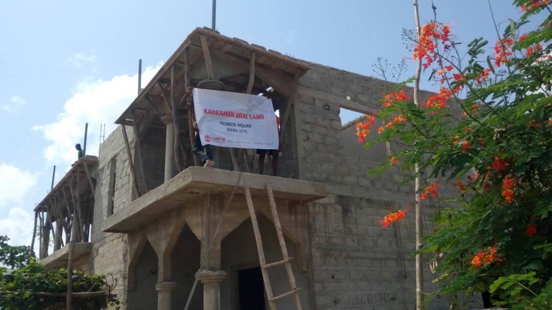 Benin'deki medrese inşaatı tüm hızıyla devam ediyor. 5 sınıftan oluşacak olan medresede 150 öğrenci eğitim alabilecek. Medresede din derslerinin yanı sıra Arapça eğitimi ile hafızlık eğitimi de verilecek. Medresenin ilk katı ise cami olarak inşa edildi. 600 kişinin ibadet edebileceği cami 200 metrekare alana sahip. Medrese ile caminin mayıs ayında açılması planlanıyor.