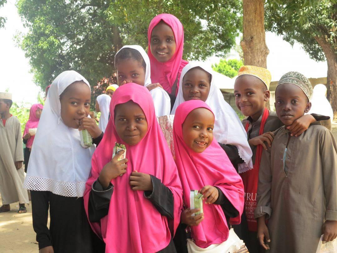 WEFA Uluslararası İnsani Yardım Organizasyonu olarak, çalışma yaptığımız ülkelere senenin belli periyotlarında ziyaretler gerçekleştiriyoruz. Program kapsamında katarakt ameliyatları, su kuyusu açılışları ve adak, akika kurban kesimleri yaparken, yetimlerimizin harçlıklarını da elden teslim ediyor, aileleri ile beraber yemek programı organize ediyoruz. Ülkede bulunduğumuz zaman zarfında bölge halkının ihtiyaçlarını yerinde tespit ederek yeni projeler de geliştiriyoruz. Bu senenin şubat ayında Zanzibar'a yaptğımız ziyarette bize eşlik eden Ebuzer Kılıç ile yaptığımız röportajı sizlerle paylaşmak istiyoruz.