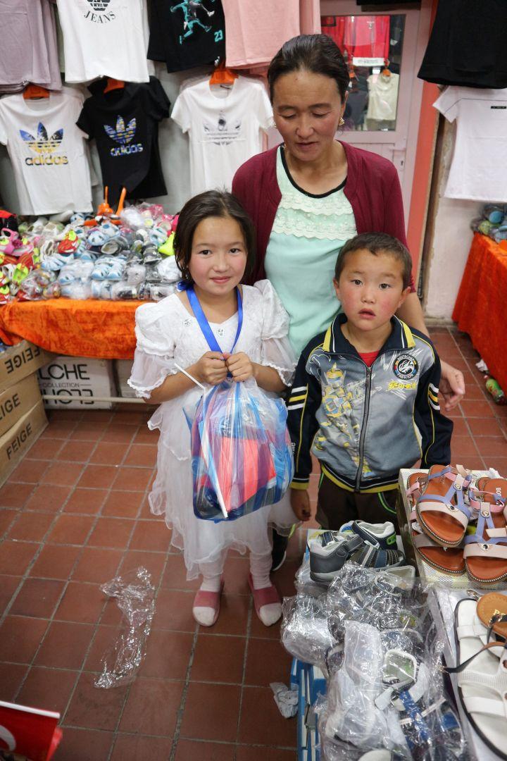 Kurban yardımları münasebetiyle Moğolistan'da bulunan Genç WEFA üyesi Furkan Ercan ve Barış İlyas yetimlerle beraber bayramlık alışverişine gittiler.