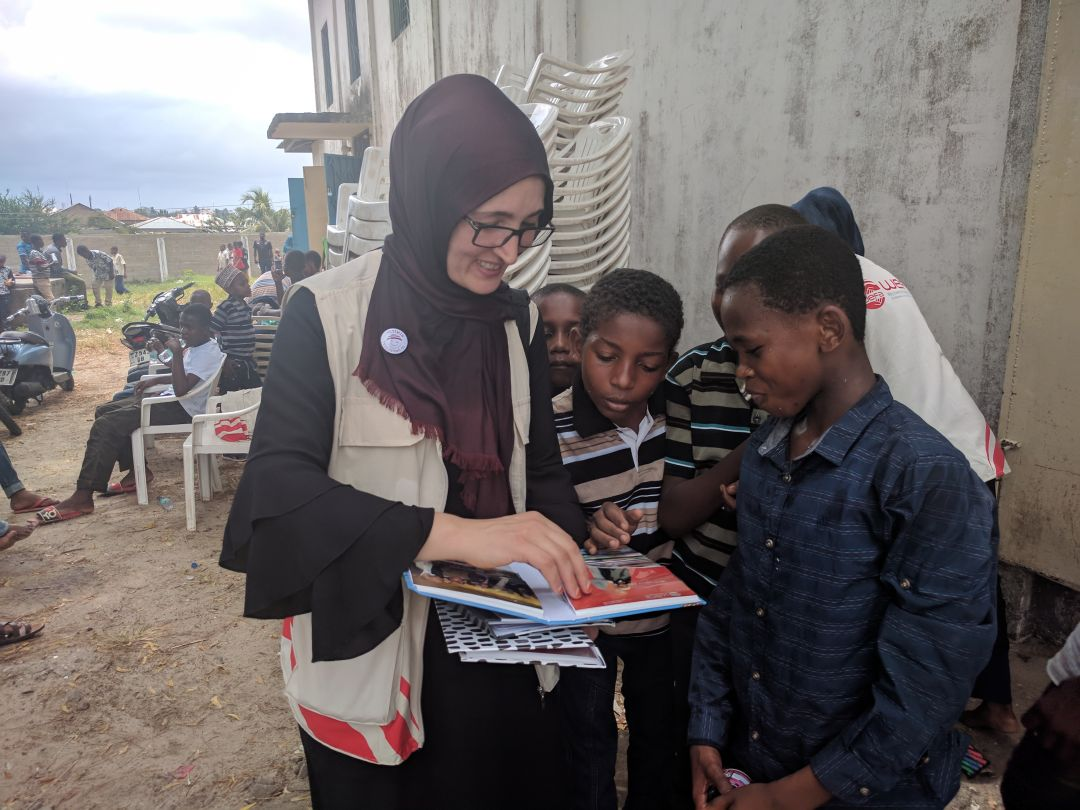 WEFA Uluslararası İnsani Yardım Organizasyonu olarak, çalışma yaptığımız ülkelere senenin belli periyotlarında ziyaretler gerçekleştiriyoruz. Program kapsamında katarakt ameliyatları, su kuyusu açılışları ve adak, akika kurban kesimleri yaparken, yetimlerimizin harçlıklarını da elden teslim ediyor, aileleri ile beraber yemek programı organize ediyoruz. Ülkede bulunduğumuz zaman zarfında bölge halkının ihtiyaçlarını yerinde tespit ederek yeni projeler de geliştiriyoruz. Bu senenin şubat ayında Tanzanya'ya yaptığımız ziyaretimizde bize eşlik eden Rabia Sefi'nin izlenimlerini sizlerle paylaşmak istiyoruz: