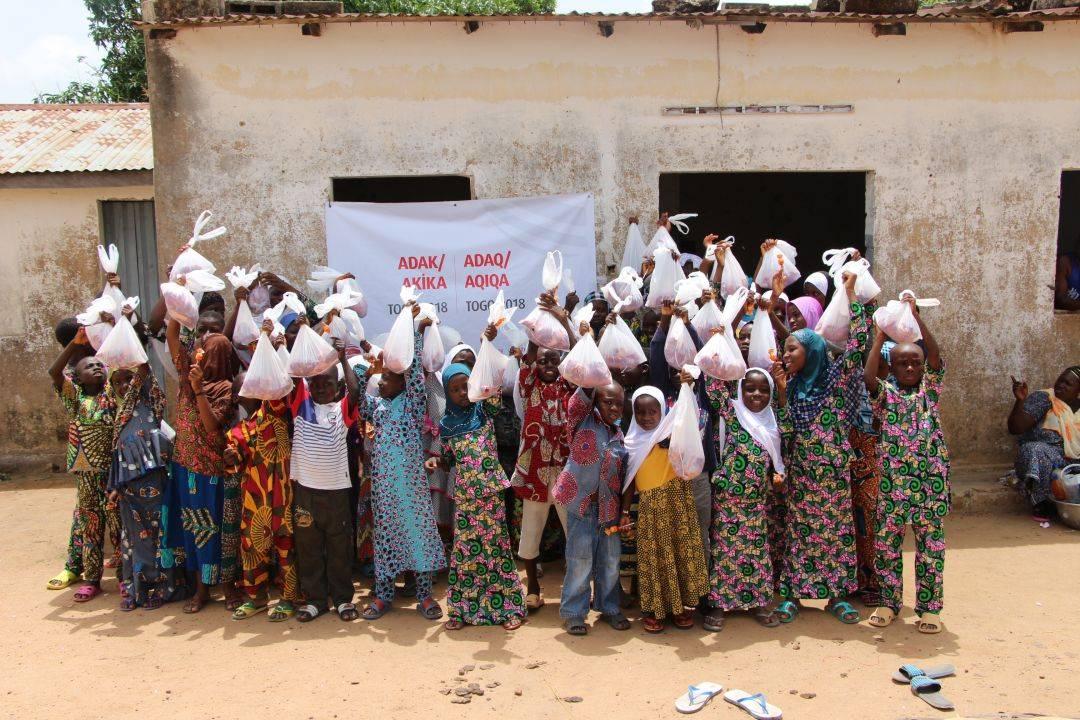 WEFA Uluslararası İnsani Yardım Organizasyonu hayırseverlerin bağışladığı şükür, adak, akika kurbanlarını ihtiyaç sahiplerine ulaştırmaya devam ediyor. En son mart ayında Togo'da kesilen kurbanlıklardan yaklaşık 400 aile faydalandı. 70 hisse kurban dağıtıma hazır hâle getirildikten sonra bölgede bulunan ihtiyaç sahibi ailelere, hastalara, yetimlere, yaşlılara ve kimsesizlere ulaştırılırıldı.