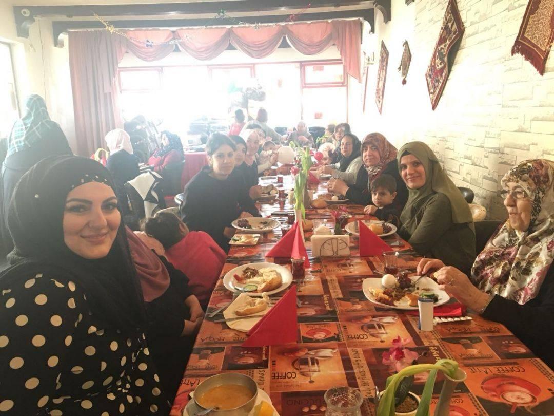 """WEFA Stadtallendorf Temsilcisi Havva Çil tarafından 15 Mart'ta tertip edilen """"Hayır Kahvaltısı"""" yine çok sayıda hayırseveri biraraya getirdi."""