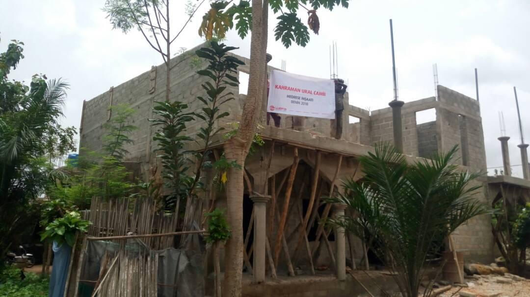 """Die internationale Hilfsorganisation Wefa e.V. leitet unter ihren ,,langfristigen Projekten in Afrika"""" den Bau einer Moschee in Benin, der im Dezember 2017 begonnen hat. Nach Abschluss der Arbeiten soll die Moschee Platz für bis zu 600 Besucher bieten. Das obere Stockwerk soll als theologische Hochschule dienen."""