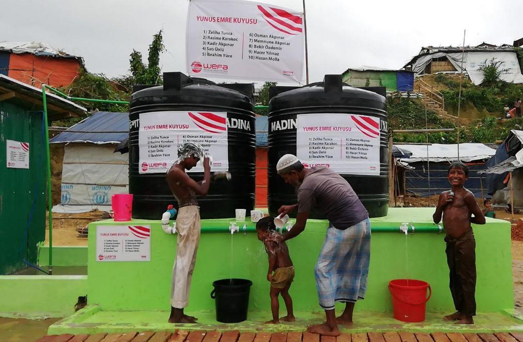 WEFA Uluslararası İnsani Yardım Organizasyonu Bangladeş'teki mülteci kamplarında inşa ettiği su kuyularından ilkini tamamladı. 200 metre derinliğindeki su kuyusu bölgedeki temiz su ihtiyacının karşılanmasında önemli rol oynayacak.