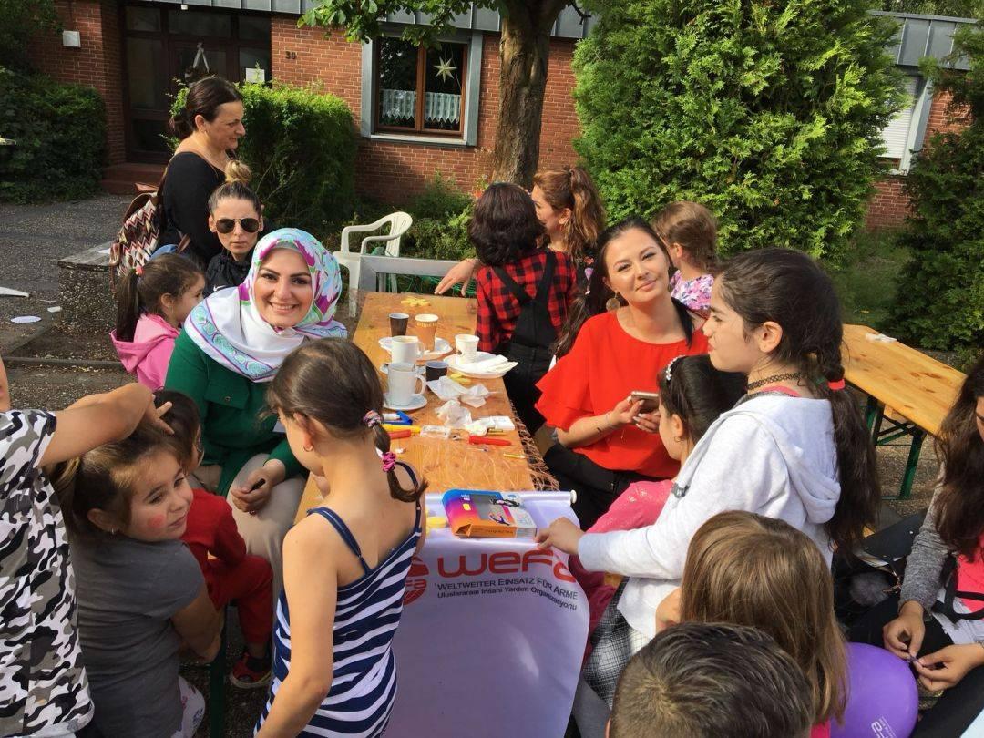 """WEFA Uluslararası İnsani Yardım Organizasyonu Stadtallendorf Temsilciliğinin Jumpers Stadtallendorf derneği ile ortak düzenlediği """"Benefiz für Kids - Şeker Tadında Tebessüm"""" etkinliğine çocukların ilgisi yoğun oldu. Çocuklara çeşitli hediyelerin ve oyuncakların verildiği programda yüz boyama aksiyonu yapıldı. Çocukların dans gösterisi etkinliğe renk katarken, gün boyunca çocuklarla çeşitli oyunlar oynandı."""