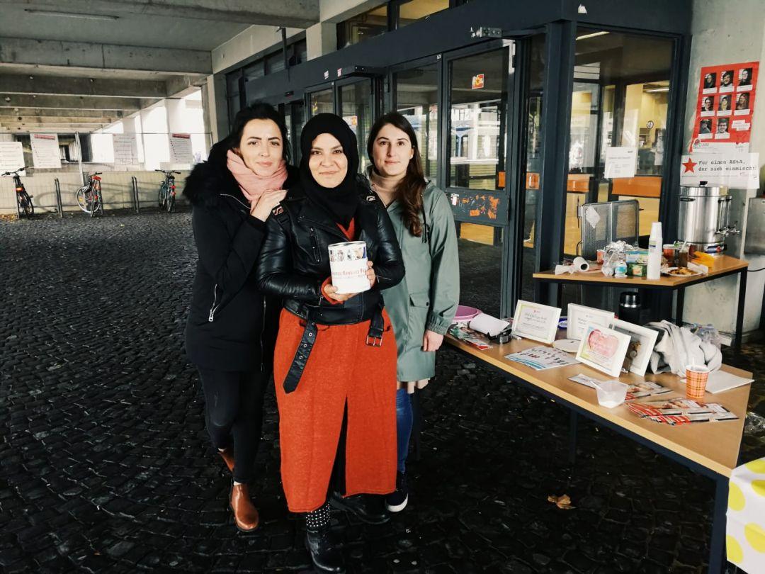 """Yemen'de yaşanan insani krize kayıtsız kalmayan Genç WEFA, Bochum Üniversitesinde Yemen halkı yararına """"Cake Day"""" etkinliği düzenledi."""