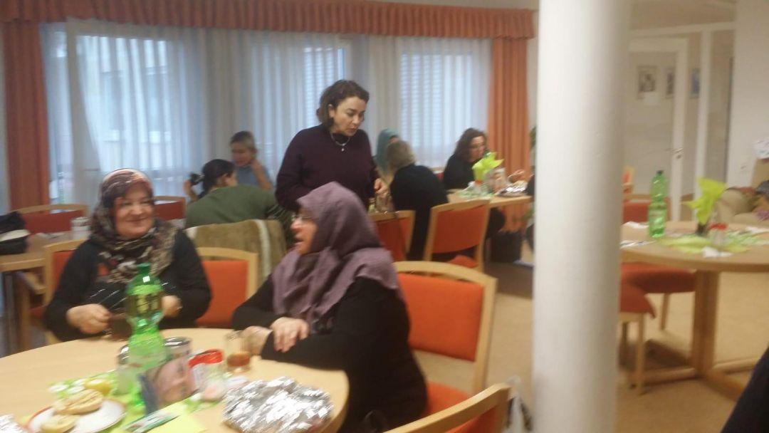 """Almanya'nın Elsenfeld ve Klingenberg kentleri civarında yaşayan WEFA gönüllüleri WEFA'nın """"Kış Kampanyası""""na destek vermek amacıyla hayır kahvaltısı organize etti. P"""