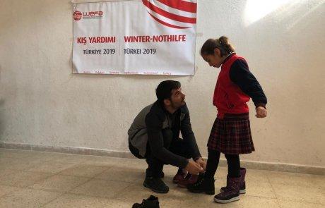 Hakkâri'nin Yüksekova ilçesinebağlıVezirli Köyü ile Suüstü Köyü'ndeki öğrencilere kış yardımında bulunan WEFA, Türkiye'deki 1092 çocuğu daha mutlu etti.