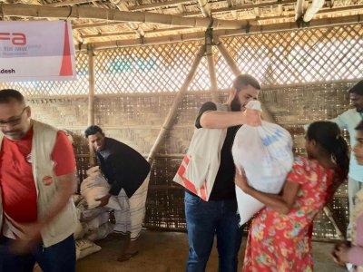 Arakanlı mültecilere çeşitli yardımlar ulaştıran WEFA, mültecilere gıda paketi de dağıttı.