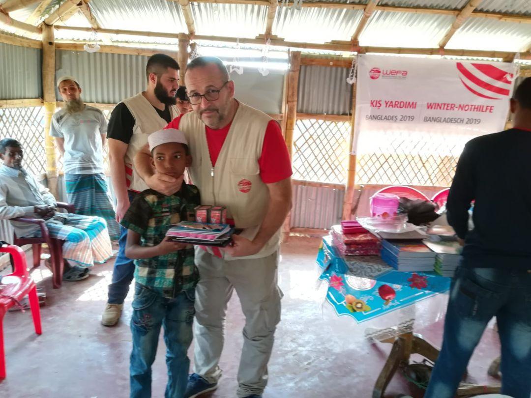 Myanmar'daki zulümden kaçarak Bangladeş'teki mülteci kamplarında kalanArakanlı Müslümanları ziyaret eden WEFA Uluslararası İnsani Yardım Organizasyonu kamplarda eğitim gören çocuklara kırtasiye malzemesi dağıttı.
