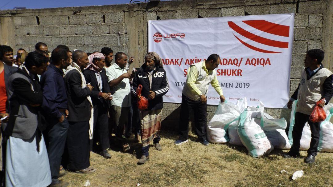 Yemen'in Ibb, Taiz ve Marib şehirlerinde toplamda 15 büyükbaş kesen WEFA, 105 hisse kurbanı bölgedeki ihtiyaç sahiplerine dağıttı.
