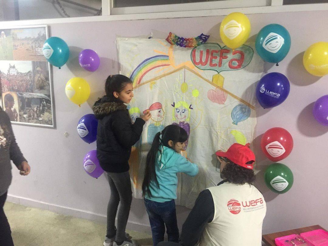 Suriyeli mültecilerin de aralarında bulunduğu Adana'daki 224 yetim çocuğa kışlık giysi ve ayakkabı hediye eden WEFA, kış yardımlarına devam ediyor.