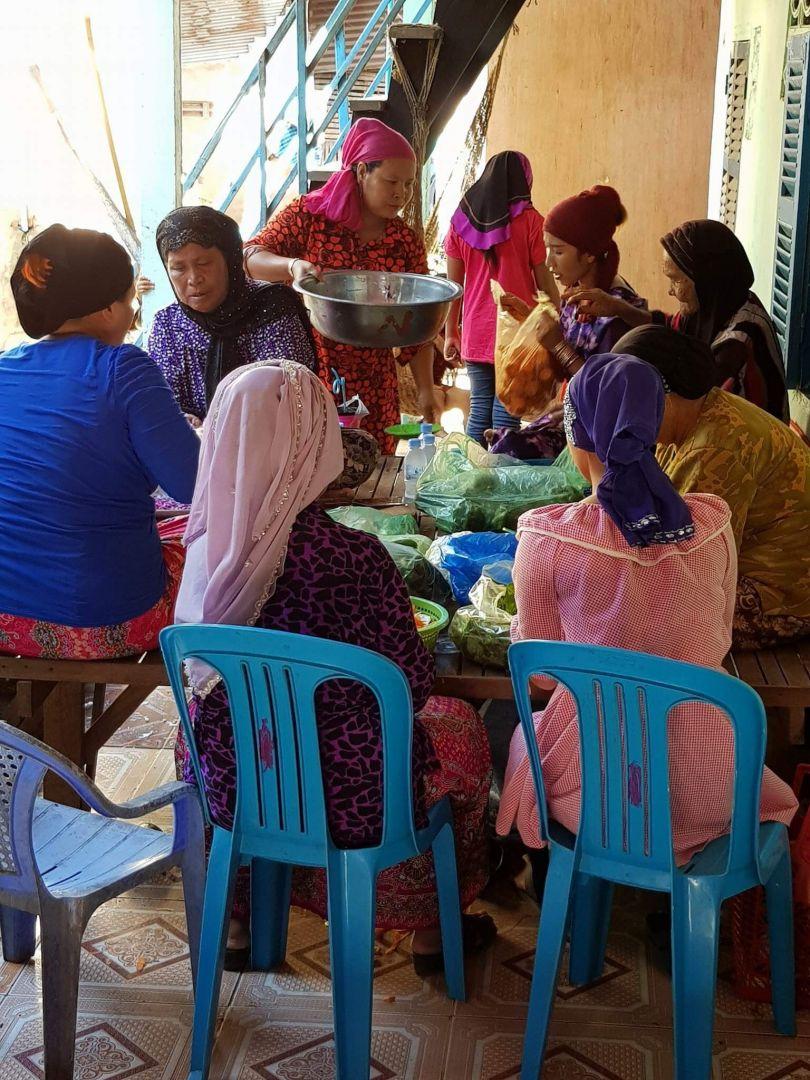WEFA,Kamboçya'daki gençlerin düğün yemeklerini organize ediyor.