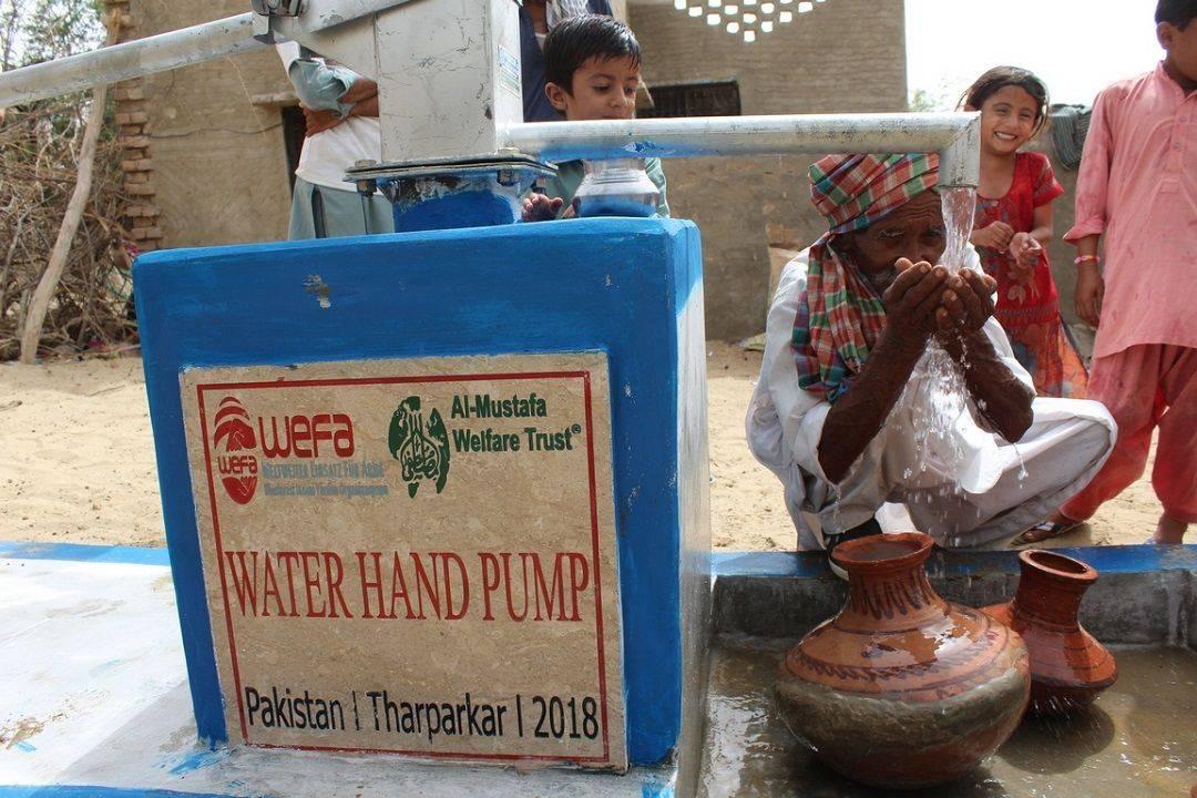 """Asya ve Afrika'da coğrafi şartlar, kuraklık ve altyapı sorunları nedeniyle susuzluk probleminin en yoğun yaşandığı bölgelerde su kuyuları inşa eden WEFA, 13 yıldır sürdürdüğü """"Su Kuyusu"""" projesi kapsamında 15 ülkede 3.935 su kuyusunu mağdurların hizmetine sundu."""
