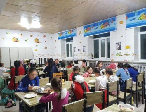 Waisenkinder aus der Mongolei speisen in der neuen Mensa