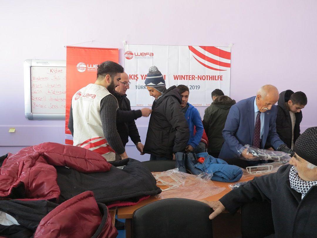 """""""Kış Kampanyası"""" kapsamında Hakkâri'ye giden WEFA Uluslararası İnsani Yardım Organizasyonu Yüksekova ilçesinebağlıVezirli Köyü ile Suüstü Köyü'nde okuyan 1092 ilk ve ortaokul öğrencisine kaban, bot, eldiven, atkı ve bere hediyeetti. WEFA ekibinde yer alan Ebuzer Kılıç ile Yüksekova'daki kış yardımlarını ve yardımlar esnasında yaşadıklarını konuştuk:"""