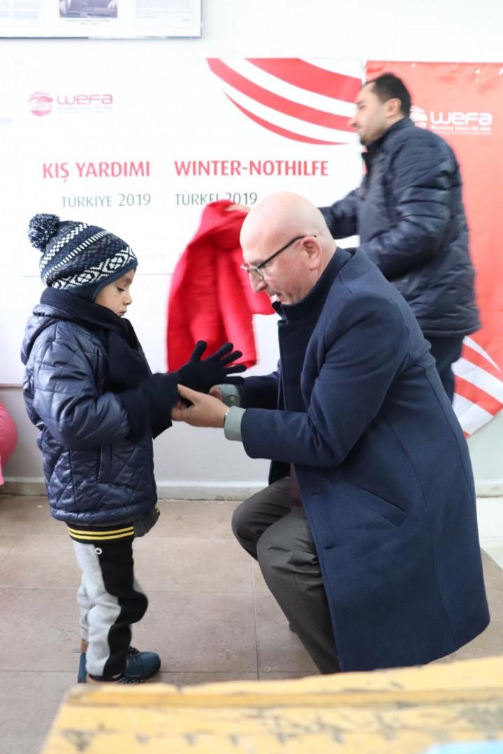 Erzurum'un Çat, Hınıs ve Tekman ilçelerindeki ilköğretim öğrencilerine kaban, bot, eldiven, atkı ve bere hediye etti. Yardımlardan toplamda 1033 çocuk yararlandı.
