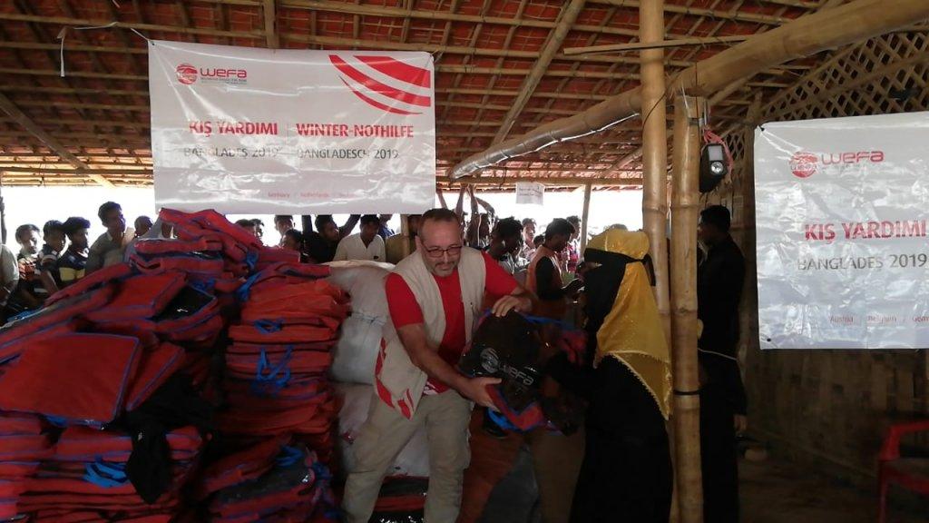 Arakanlı Müslümanların kaldığı Bangladeş Cox's Bazar'daki kampı ziyaret eden WEFA Uluslararası İnsani Yardım Organizasyonu Arakanlı mültecilere bu sene de kış yardımında bulundu.