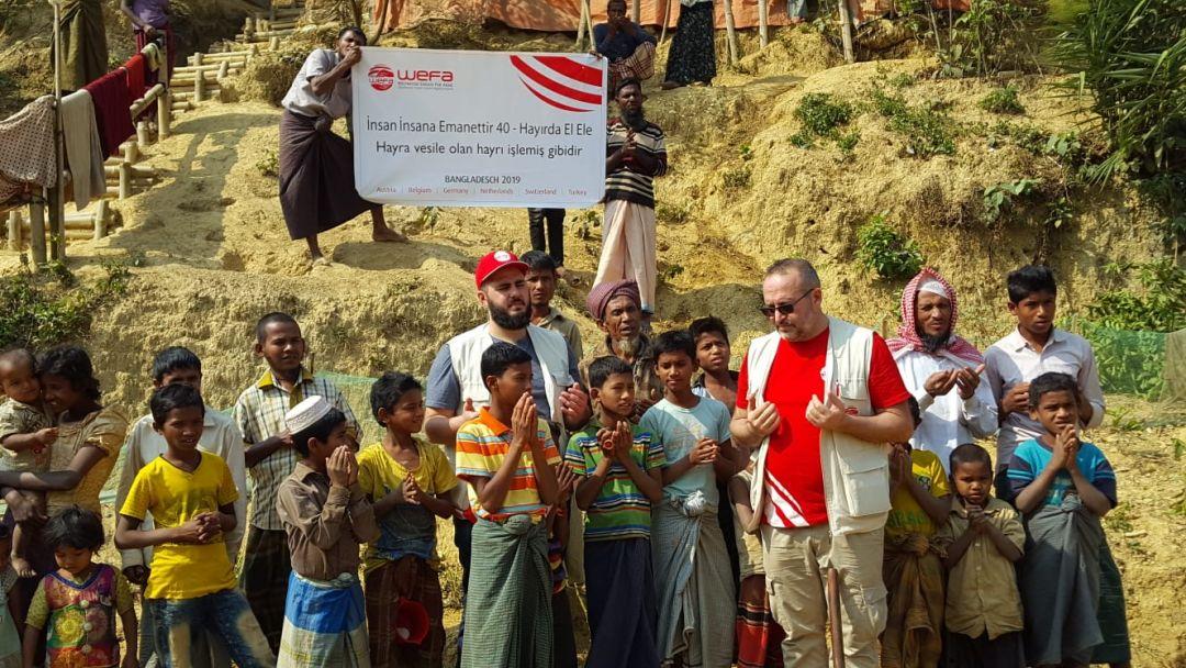 Bangladeş'teki Arakan kamplarında derin su kuyuları açan WEFA, yeni yapılacak dört su kuyusu için yer tespitinde bulunup çalışmalara başladı.