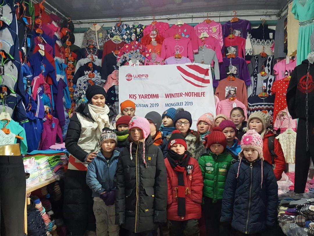 Moğolistan'daki kış yardımlarına devam eden WEFA Uluslararası İnsani Yardım Organizasyonu Moğolistanlı çocuklara kışlık giysi hediye etti.