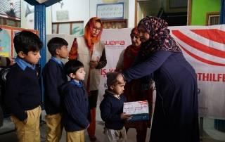 Kış yardımları kapsamında Pakistan'daki öğrencilere kışlık giysi ve ayakkabı yardımında bulunan WEFA Uluslararası İnsani Yardım Organizasyonu yine çocukların yüzünü güldürdü.
