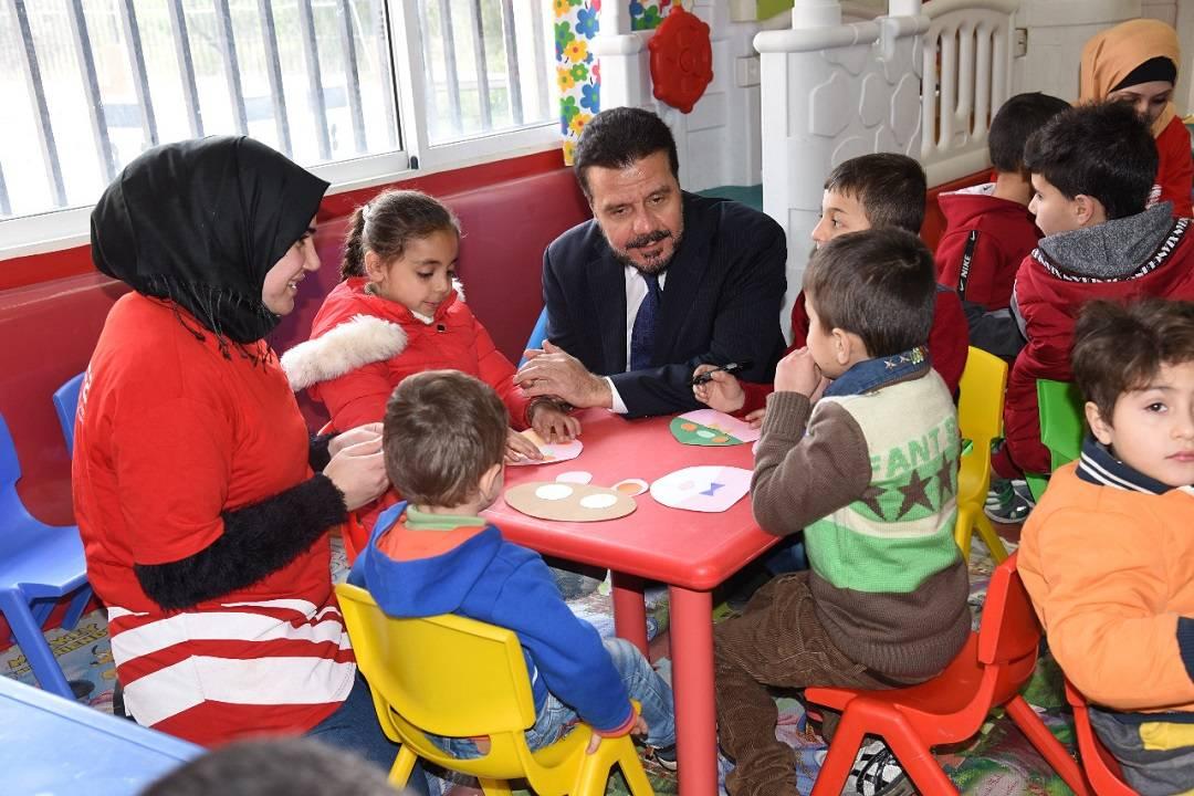 Lübnan'da destek verdiği yetimleri ziyaret eden WEFA Genel Başkanı Musab Aydın çocuklarla yakından ilgilendi.