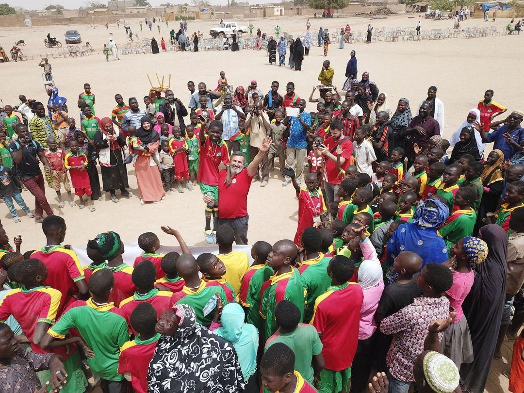 """""""Yetim Sponsorluk"""" sistemi ile hamiliğini üstlendiği Burkina Fasolu yetimlerle bir araya gelen WEFA Uluslararası İnsani Yardım Organizasyonu yetimler için futbol turnuvası düzenledi."""