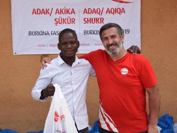 Adak, akika ve şükür kurbanlarıyla mazlum ve mağduru sevindiren WEFA Uluslararası İnsani Yardım Organizasyonu Burkina Faso'da toplamda 210 hisse kurbanı ihtiyaç sahiplerine dağıttı. Yardım çalışmalarına WEFA ekibi de katıldı.