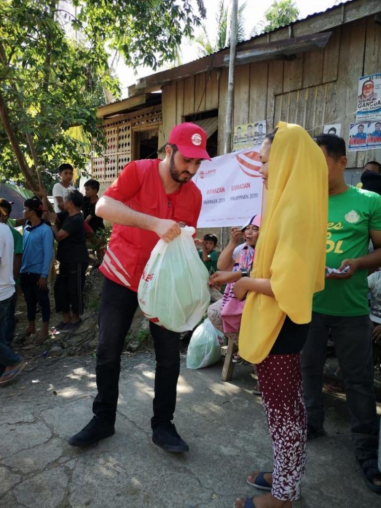 Ramazan yardımlarını ulaştırmak üzere Filipinler'e giden WEFA Uluslararası İnsani Yardım Organizasyonu, Moro Müslümanlarına kumanya ve zekât yardımında bulunurken, yetimlere ise bayramlık hediye etti.