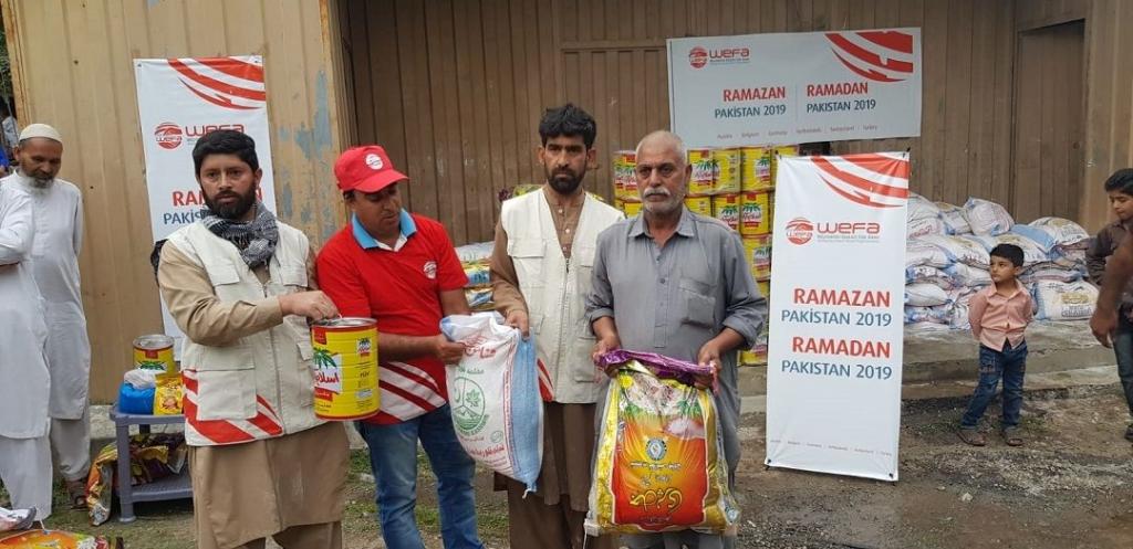 """Bu seneki ramazan çalışmalarını """"Kardeş Payı Yapalım"""" sloganıyla başlatan WEFA Uluslararası İnsani Yardım Organizasyonu yılın ilk ramazan yardımlarını ulaştırmak üzere Pakistan ve Bangladeş'e gitti."""