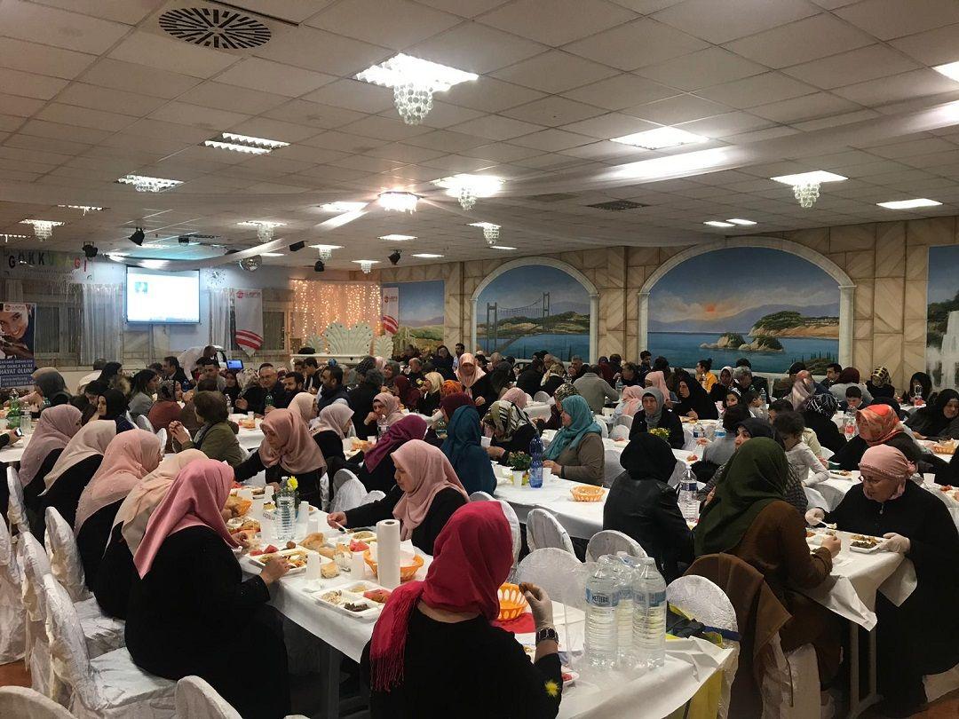 Ramazanda yoksul Müslümanlara destek olmak isteyenAvrupalı hayırseverler hayır iftarında bir araya geldi.