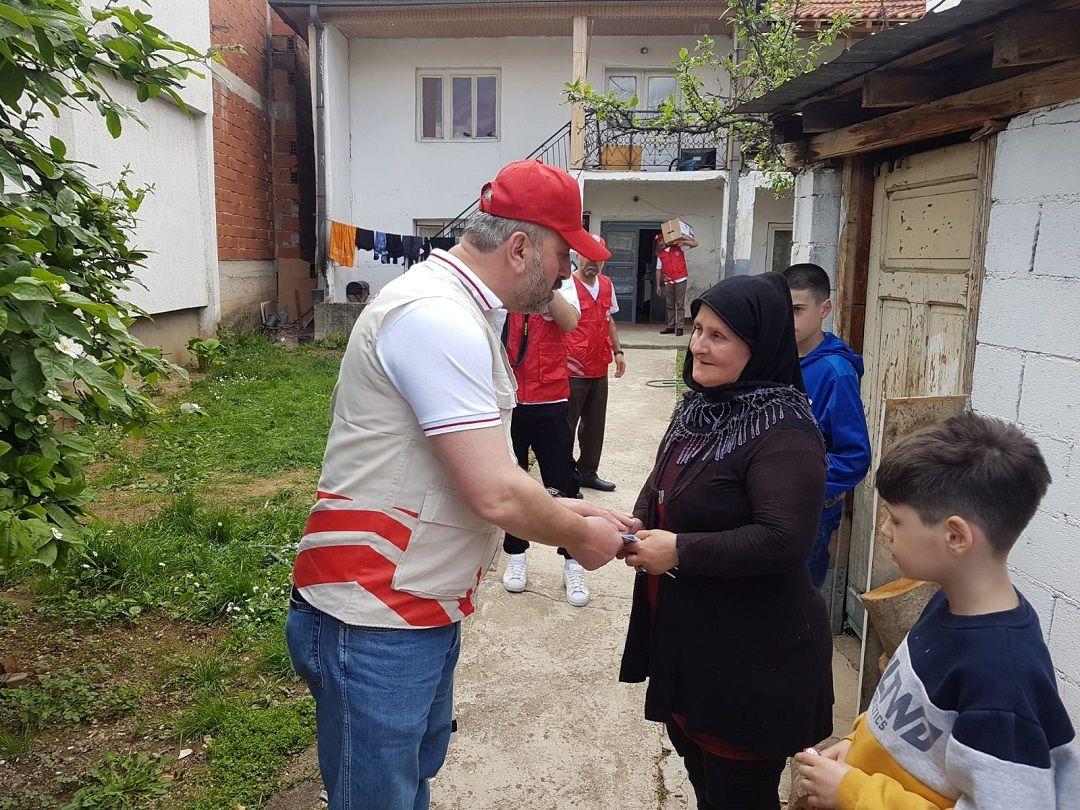 Ramazan yardımlarına ara vermeden devam eden WEFA Uluslararası İnsani Yardım Organizasyonu Balkanlar'daki ihtiyaç sahibi ailelere kumanya ve zekât yardımında bulundu.