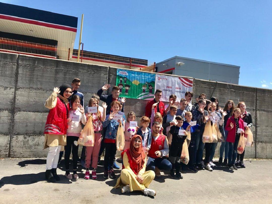 Ramazan yardımları kapsamında Bosna-Hersek'e giden Genç WEFA ekibi Bosnalı yetimlerle bayramlık alışverişine gitti. Bosnalı yetimler bayramlık kıyafetlerini kendileri seçti.
