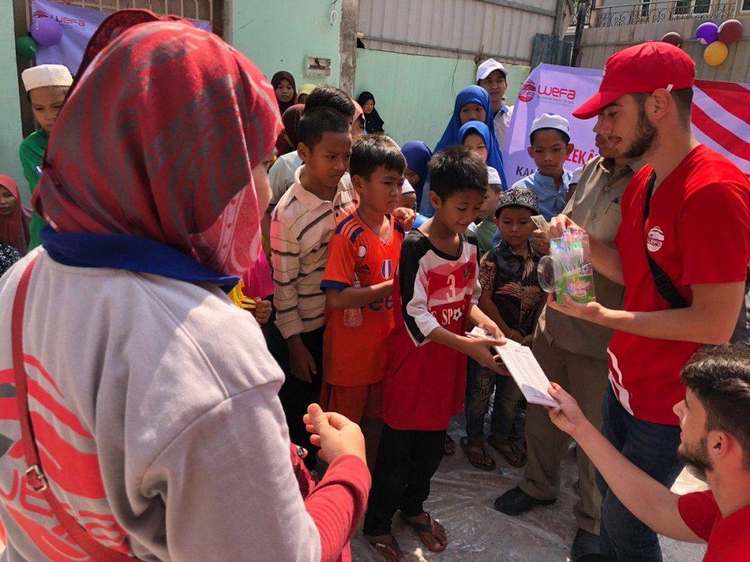 Ramazan yardımlarını sürdüren WEFA Uluslararası İnsani Yardım Organizasyonu Kamboçya'daki Müslümanları ziyaret etti. Bölgedeki yardım çalışmalarına Genç WEFA üyeleri de katıldı.