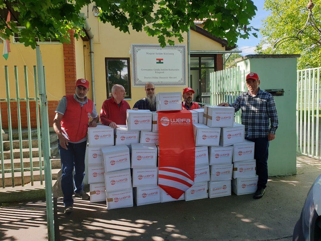 """Ramazanda """"Kardeş Payı Yapalım"""" sloganıyla yardım çalışmalarını gerçekleştiren WEFA Uluslararası İnsani Yardım Organizasyonu Macaristan'daki yoksul ailelere kumanya ve iftar yemeği yardımında bulundu."""