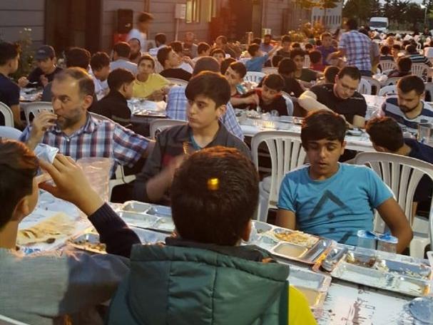 Hatay'ın Reyhanlı ilçesinde kurulan Reyhanlı Eğitim Köyü'ndeki Suriyeli savaş mağduru yetim çocuklar için WEFA Uluslararası İnsani Yardım Organizasyonu tarafından iftar ve sahur programı organize edildi.